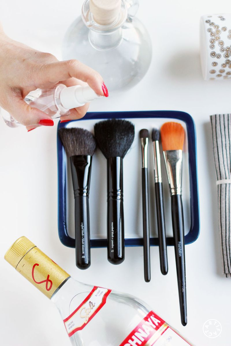 How To Clean Your Makeup Brushes 7-01-01
